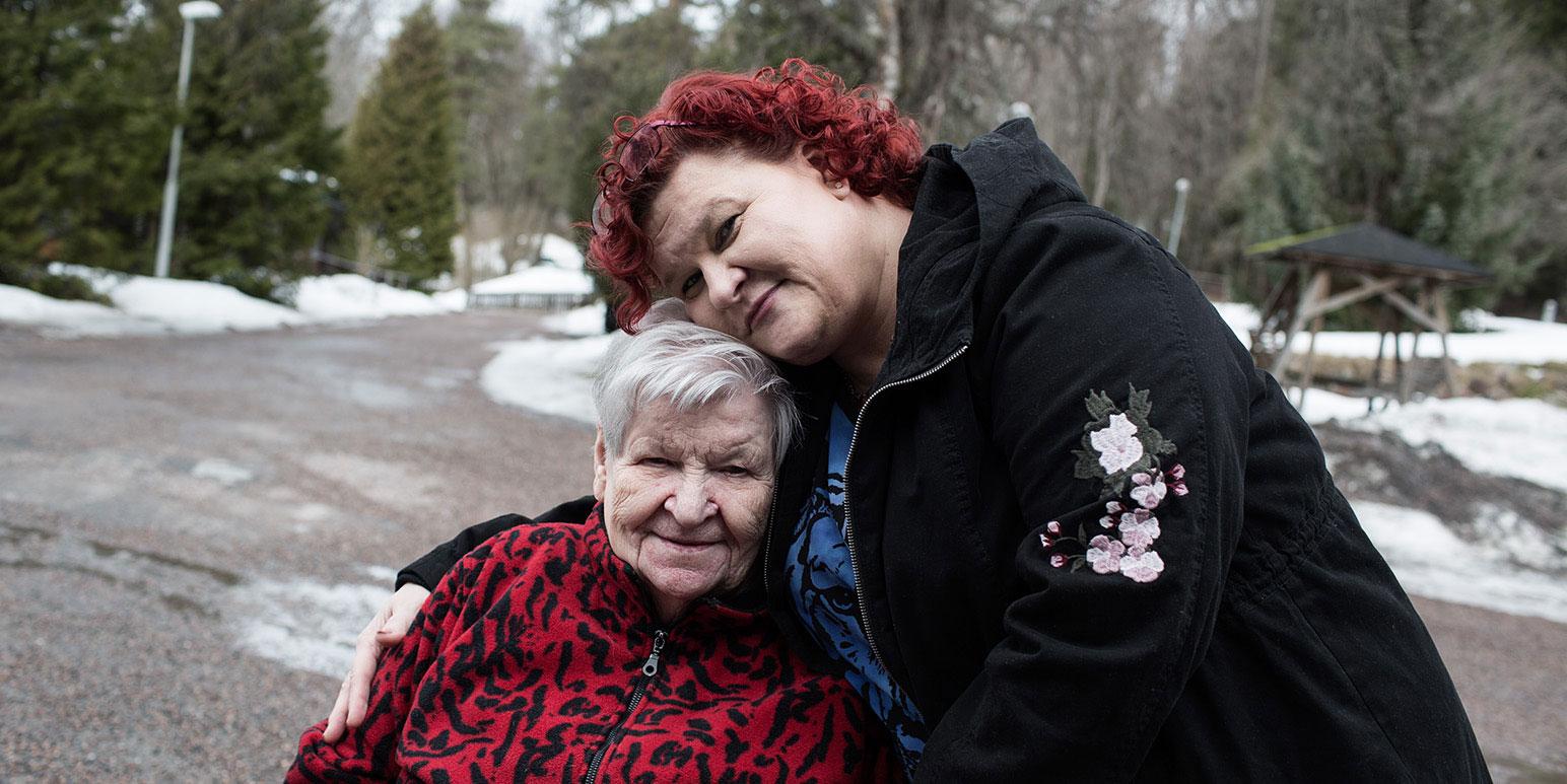 Kersti ja tytär Pia-Dora halaavat palvelutalon pihalla.