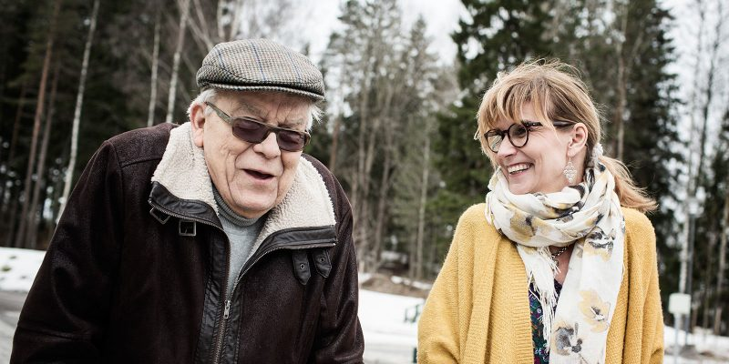 Åvikin toiminnanjohtaja ja asukas ulkoilevat talvisäässä.