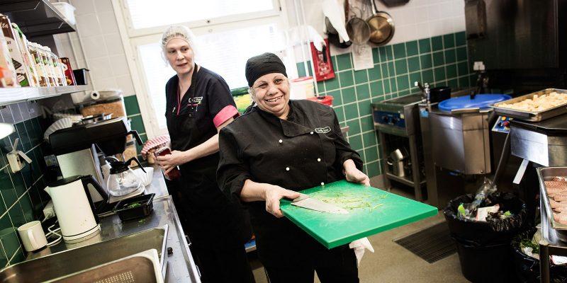 Palvelutalon työntekijöitä keittiössä.
