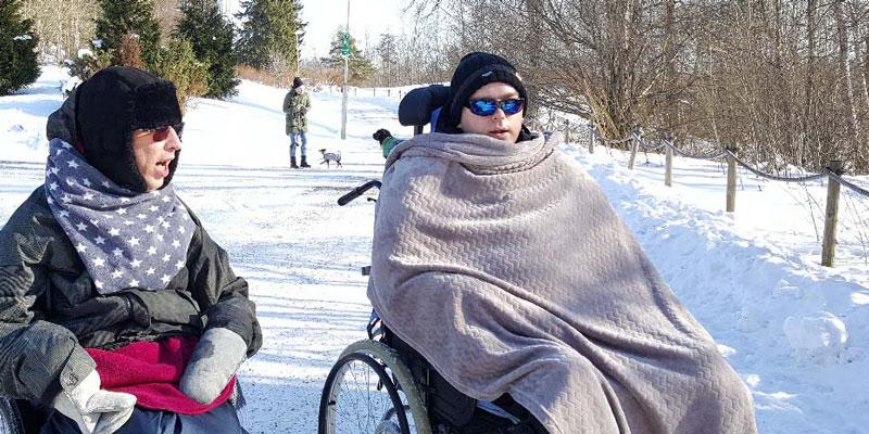 Åvikin palvelukodin asukkaat ulkoilevat aurinkoisena talvipäivänä.